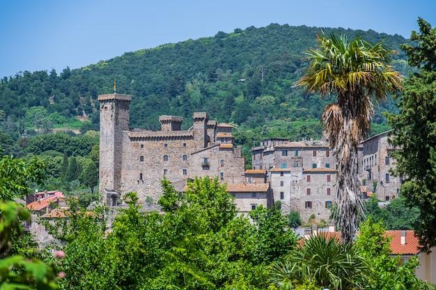 Rocca monaldeschi della cervara, ancien château de la vieille ville de bolsena dans le latium, italie