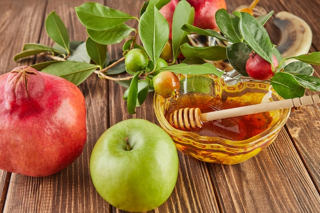 Roch hachana - concept de vacances du nouvel an juif. un bol en forme de pomme avec du miel, de la grenade, du shofar sont des symboles traditionnels de la fête.