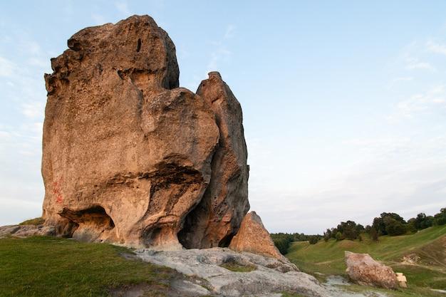 La roche du diable à pidkamin tire à l'heure d'or, région de lviv