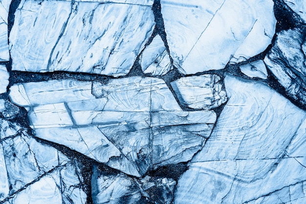 Roche fissurée bleue texturée