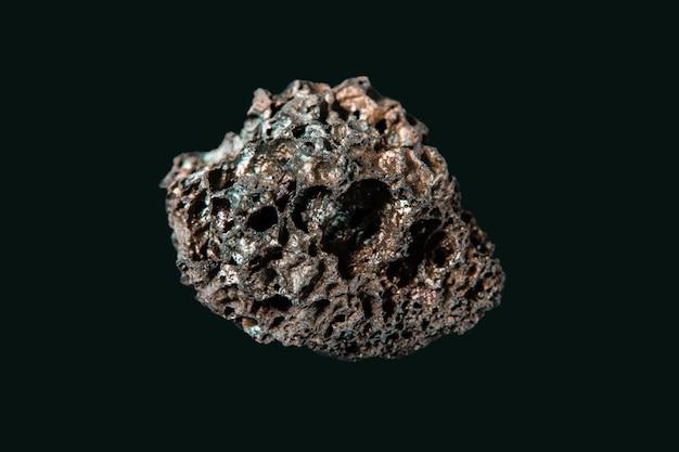 Roche de lave isolée sur fond noir
