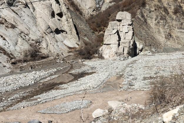 Un rocher aux formes étonnantes dans le lit de la rivière