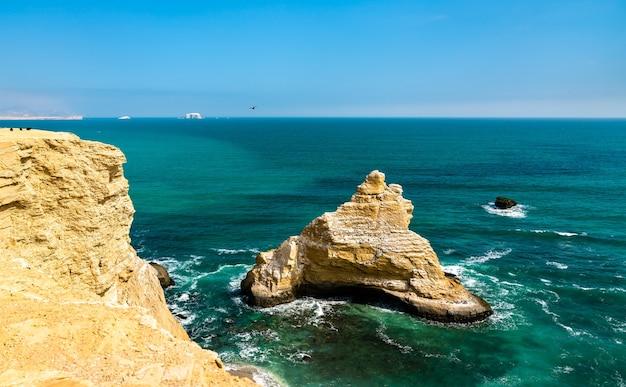 Le rocher de la cathédrale à la réserve nationale de paracas à l'océan pacifique au pérou
