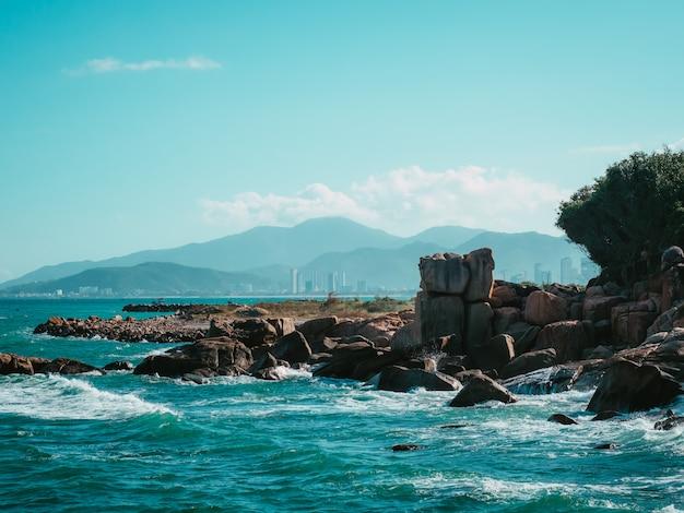 Rocher dans la mer avec l'île