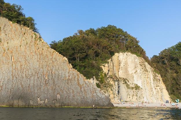 Rocher de kiseleva sur la côte de la mer noire avec les touristes. russie, territoire de krasnodar