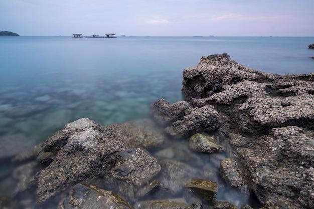 Rocher sur la mer côte