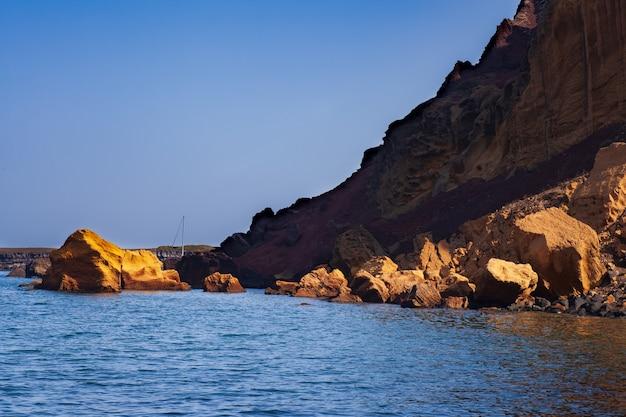 Rocher sur la mer de linosa, île pélagie. sicile