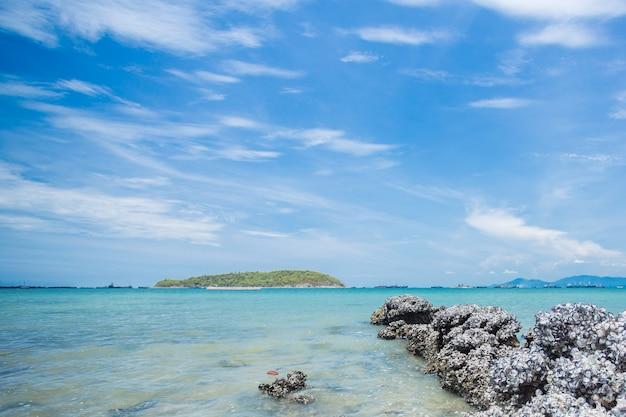 Les rochers sur le bord de la mer, l'île de sri chang, en thaïlande