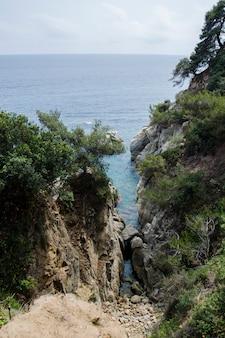 Rochers sur la côte de lloret de mar. front de mer de lloret de mar costa brava espagne.