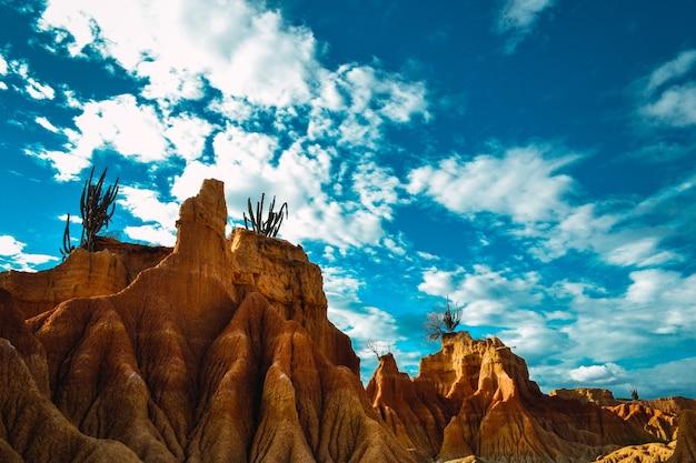Rochers dans le désert de tatacoa, colombie sous le ciel nuageux