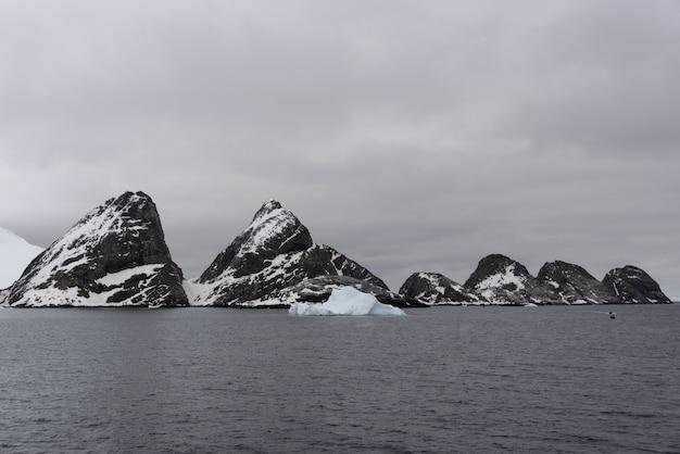 Rochers dans la mer antarctique