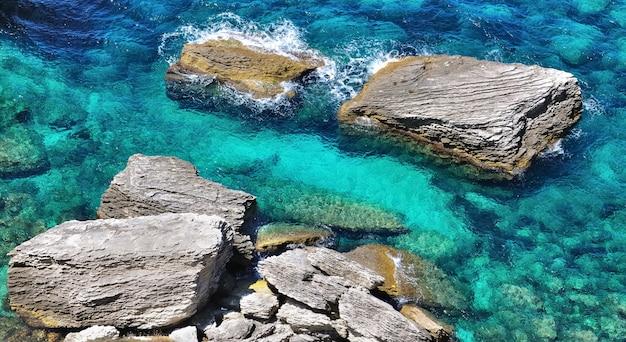 Rochers dans la mer