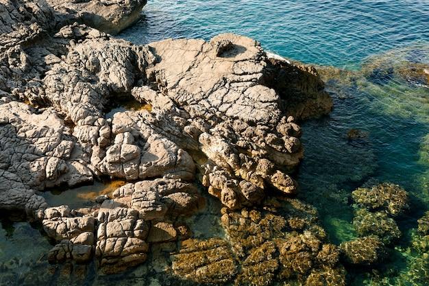 Rochers dans les vagues de la mer frappant les rochers