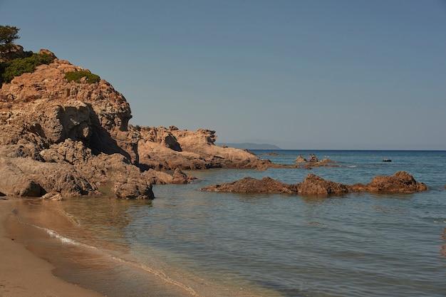 Rochers, eau de mer cristalline et soleil, le symbole parfait des vacances d'été dans un véritable paradis
