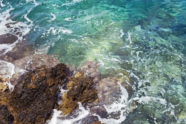 Rochers et eau de mer turquoise.