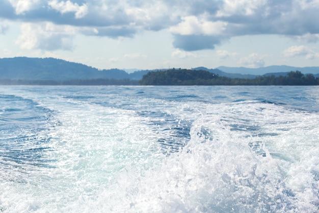 Rochers, mer et ciel bleu