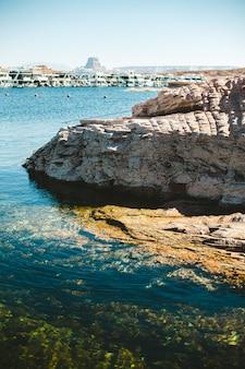 Rochers et mer d'eau douce