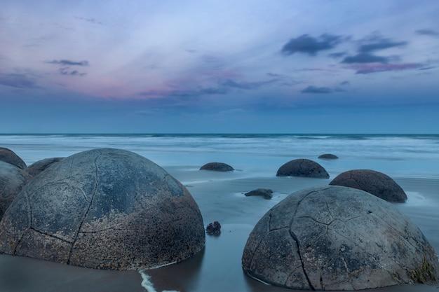 Rochers moeraki sphériques sur la côte est de la nouvelle-zélande