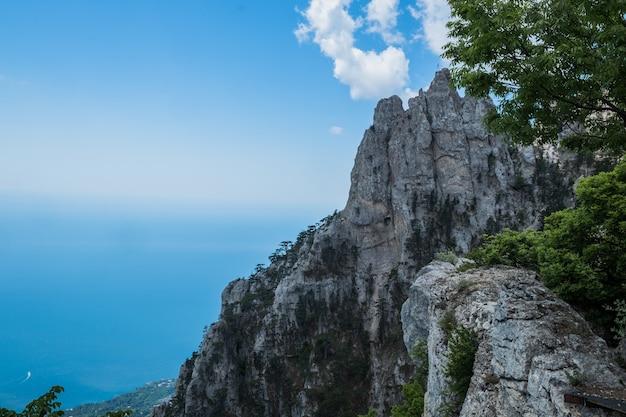 Rochers sur le mont aipetri sur la ville balnéaire de criméebeauté de la nature écologie pure crimée m