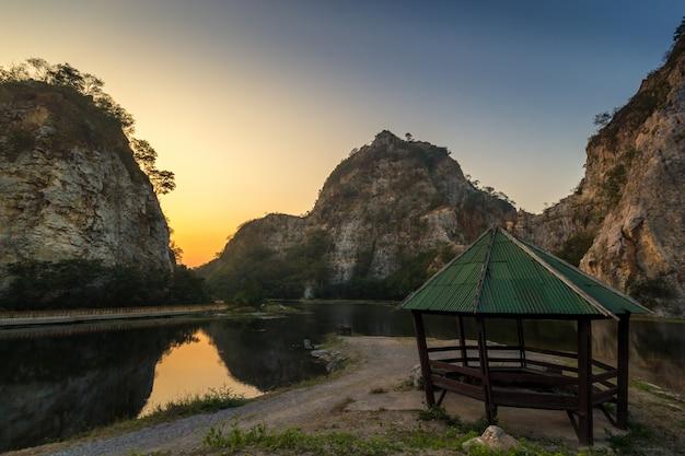 Rochers des montagnes, lac et pavillons pour les voyageurs se détendre près de la nature