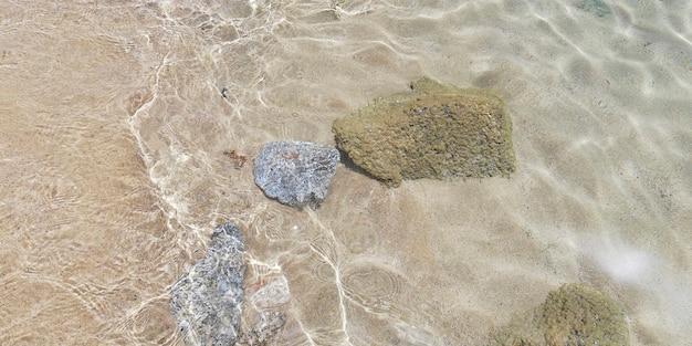 Des rochers sous l'eau transparente et cristalline de la mer des caraïbes.