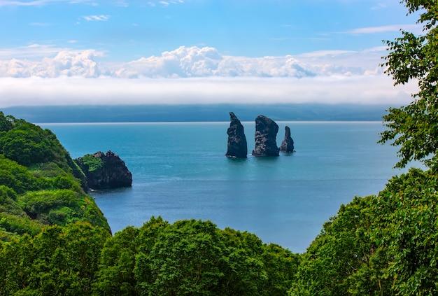 Les rochers des trois frères dans la baie d'avacha. péninsule du kamtchatka