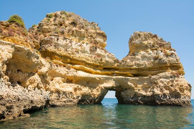 Roches célèbres en mer, océan, lagos au portugal.