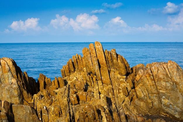 Roches colorées et belle mer tropicale.