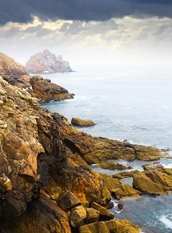 Roches à la côte de l'océan