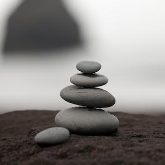Des roches empilées les unes sur les autres