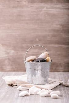 Roches et galets décoratifs blancs et noirs sur fond de bois gris