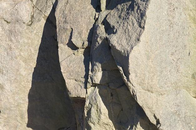 Les roches de granit au soleil au printemps