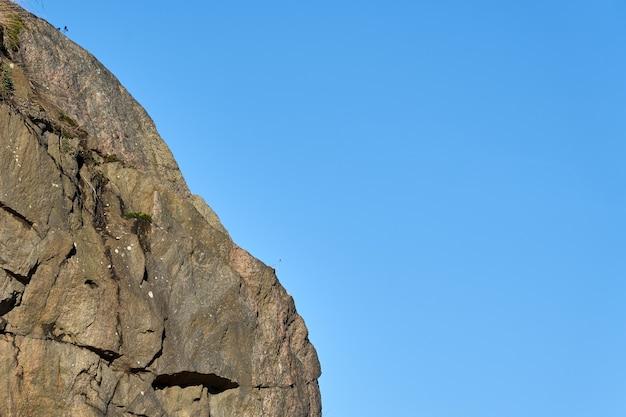 Roches de granit au soleil sur bleu