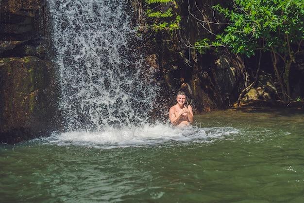 Roches lisses et étang. forêt tropicale
