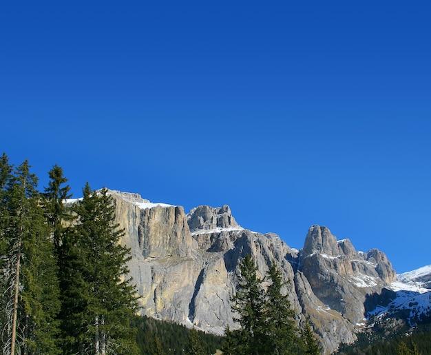 Roches de neige et montagnes gentilles au-dessus du ciel bleu