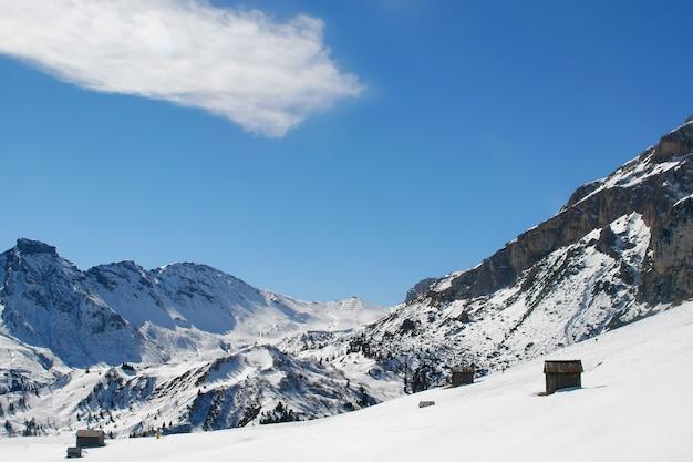Roches de neige et montagnes italiennes gentilles au-dessus du ciel bleu