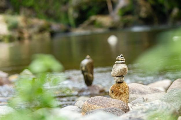 Roches zen sur le petit ruisseau en sardaigne, italie