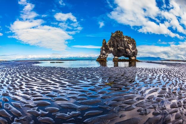 Rock hvitserkur sur la plage de la mer sous la forme d'un énorme éléphant la côte nord de l'islande