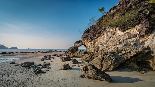 Rock island avec vue sur la mer