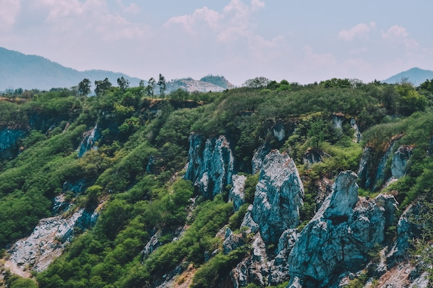 Rock mountain au fond de vue du ciel