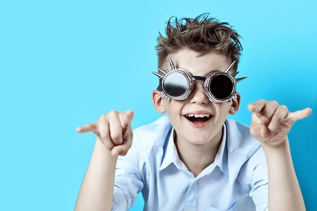 Rocker boy en chemise bleue et lunettes de motard bleu