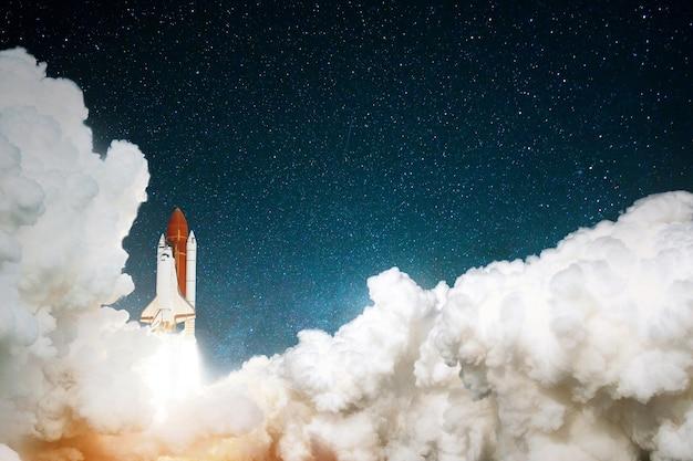 Rocket décolle dans le ciel étoilé