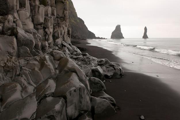 Rockface le long de la plage par temps nuageux