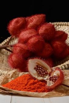Rocou (urucum). ses graines sont utilisées comme colorant alimentaire naturel.