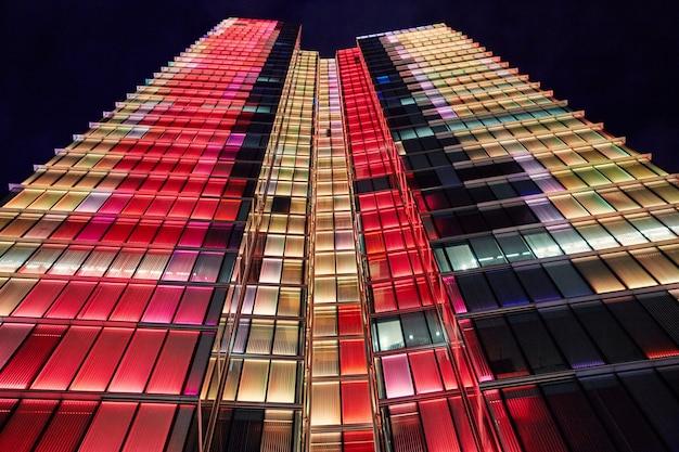 Rogier tower de nuit avec des lumières colorées