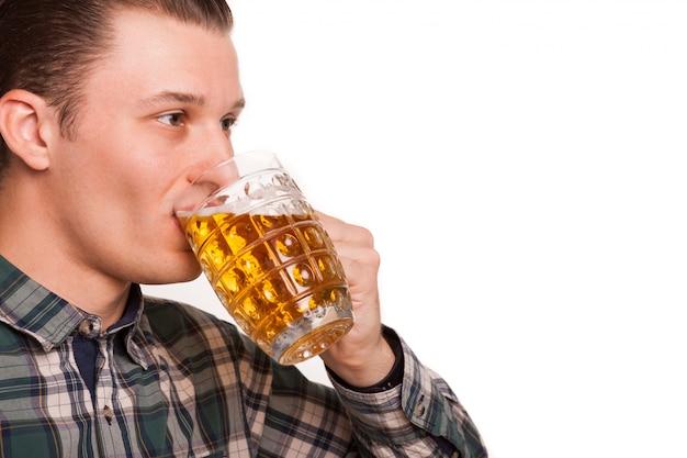 Rogné, gros plan, studio, jeune, beau, homme, apprécier, boire, bière