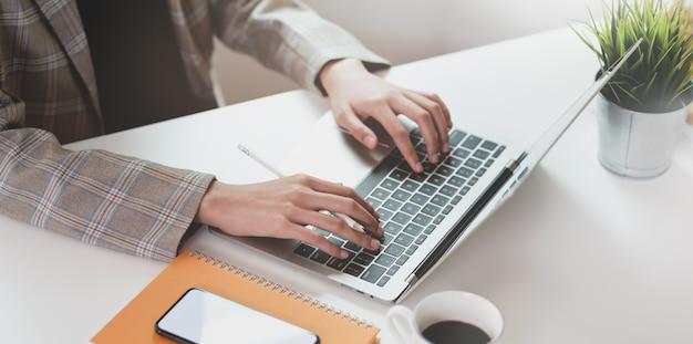 Rogné, vue, femme affaires, dactylographie, sur, ordinateur portable