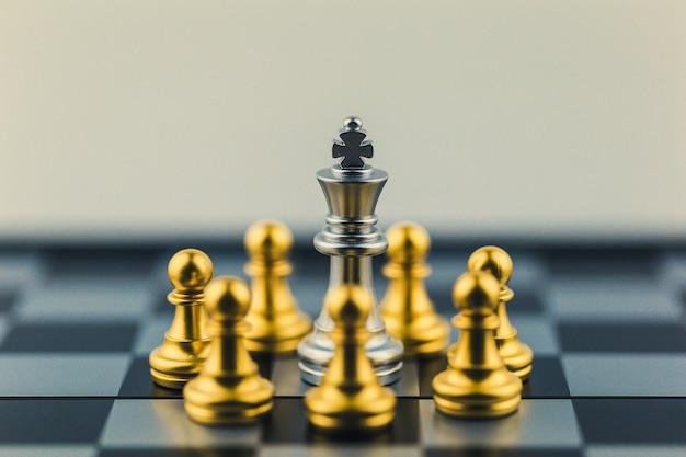 Roi d'argent dans la victoire ou la décision du monde des échecs sur le chemin du succès.