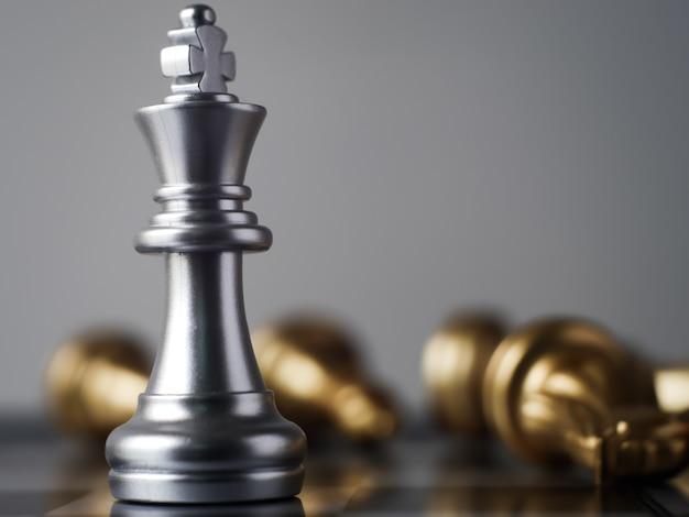 Le roi des échecs en argent à la fin du jeu bataille avec vue rapprochée