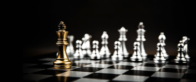 Roi d'échecs debout avec l'équipe d'échecs d'argent